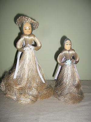 2 beautifully hand-crafted dolls made of sisal fibres over light wood base