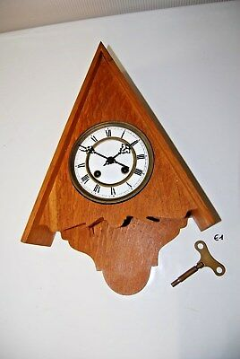 E1 Ancienne horloge - socle triangulaire - rare - style coucou