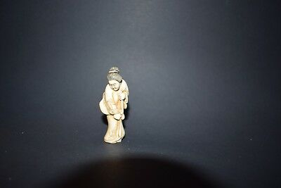 Netsuke, Japanerin in Kimno mit Obi, fossiles Material, sign. 63mm