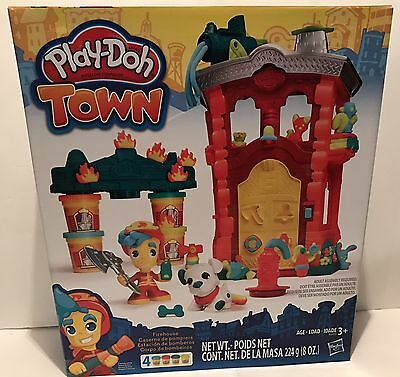 Play-Doh Town FIREHOUSE Playset Includes 4 Can Play-Doh - Hot Gift!