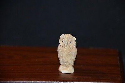 Netsuke, Eule, fossiles Knochenmaterial, Augen Horn, sign. 34mm
