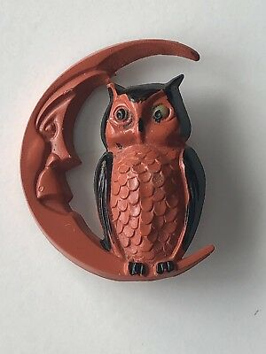 VINTAGE 1940's USA HALLOWEEN HARD PLASTIC OWL ON MAN IN THE MOON PIN