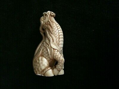 Netsuke, jaulendes Shishi, fossiles Knochenmaterial, Augen Horn, sign., 52mm