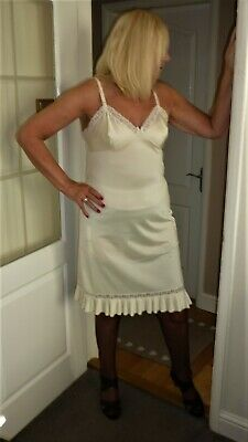 AN ORIGINAL VINTAGE 1960s CREAM CHARNOS SIZE 16  WITH LACE A ACCORDION PLEATS