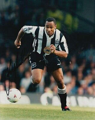 Les Ferdinand Hand Signed 10x8 Photo Newcastle United - Football Autograph.