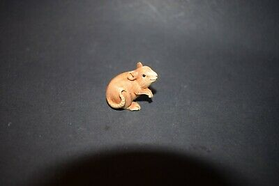 Netsuke, sitzende Ratte, fossiles Knochenmaterial, Augen aus Horn, sign., 27mm
