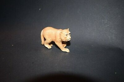 Netsuke, laufender Affe, fossiles Knochenmaterial, Augen aus Horn, sign., 57mm