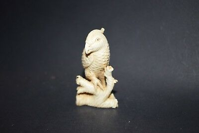 Netsuke, Papagei auf Ast, fossiles Knochenmaterial, Augen Horn, signiert, 60mm