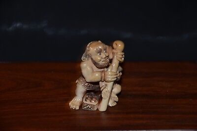 Netsuke, 2 Oni mit Knüppel/Dose, fossiles Material, sign. 40mm