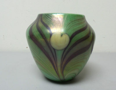 VINTAGE 1973 ORIENT & FLUME ART GLASS VASE GREEN w/ PURPLE PULLED FEATHER DESIGN