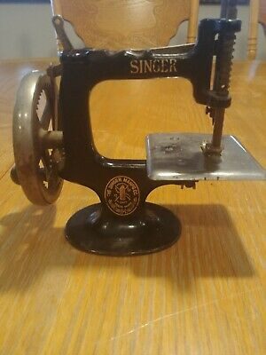 Vintage Cast Iron Singer Toy Sewing Machine 7 spoke Miniature it works