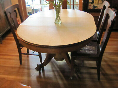 ANTIQUE GOLDEN OAK DINING ROOM TABLE w 5 chairs