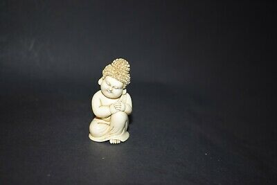 Netsuke, sitzendes, meditierendes Buddha-Kind, fossiles Material, sign., 52mm
