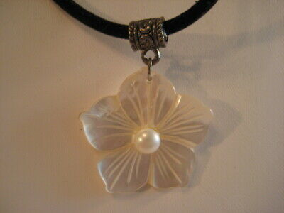 Vintage Silver Tone Carved Mother Of Pearl Shell Flower Pendant Necklace 20""
