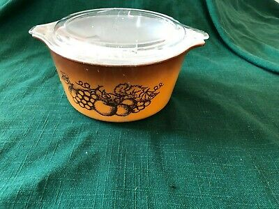 Vintage Pyrex bowl with a lid (1960s)
