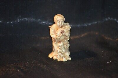 Netsuke, Frau mit Baby/Kind, fossiles Material, sign. 52mm