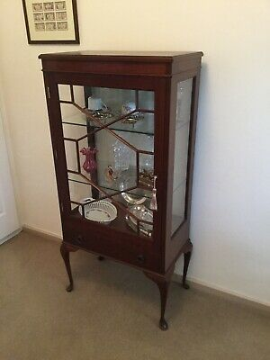 Vintage Antique Style Solid Wood Vitrine/Display Cabinet.