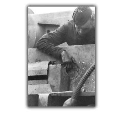 German tanker inspects the trace of a Soviet shell Photo World War II WW2 4x6 I