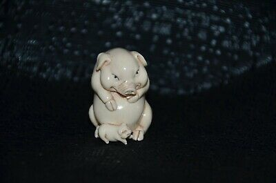 Netsuke, fröhliches dickes Schwein, fossiles Material, sign. 32mm