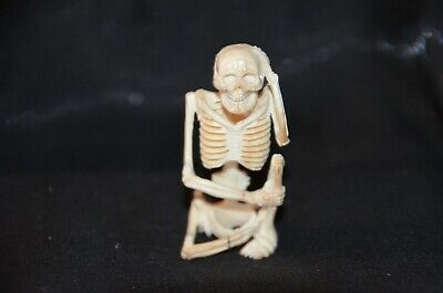Netsuke, sitzendes meditierendes Skelett, fossiles Material, sign. 54mm