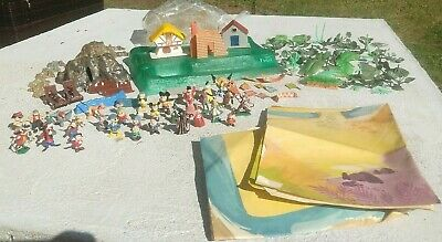 Vtg MARX SEE AND PLAY DISNEY CASTLE with many DISNEYKINS, flags, props, mats