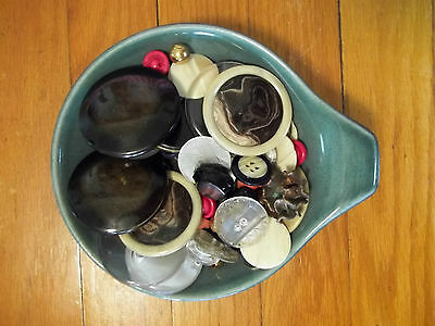 VINTAGE BUTTONS BAKELITE CELLULOIS MIXED LOT IN A VINTAGE DISH  L111