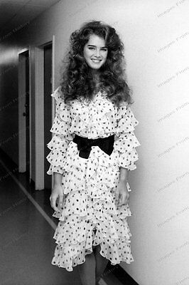 8x10 Print Brooke Shields Crazy Fashions 1980's #BS22