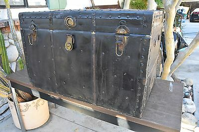 Vtg STORAGE TRUNK BLACK FLAT TOP COFFEE TABLE QUILT LOCKER TRAIN LUGGAGE CHEST