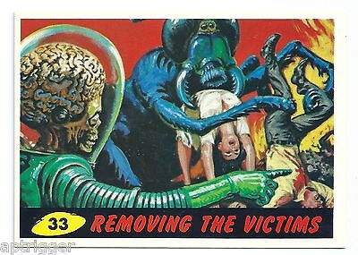 1994 Topps MARS ATTACKS Base Card # 33 Removing The Victims