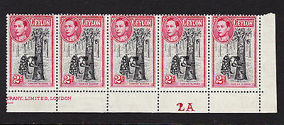 CEYLON 1938 2c BLACK & CARMINE PERF 13½x13 IN PLATE STRIP OF FIVE SG 386a MINT.
