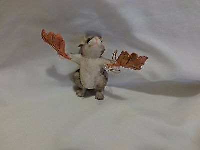 Charming Tails MOUSE HOLDING LEAVES IN EACH HAND ORNAMENT DEAN GRIFF (c)