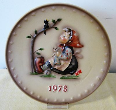 """GOEBEL 1978  M. HUMMEL 8th ANNUAL BAS-RELIEF  PLATE """"HAPPY PAST TIME"""""""