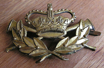 VINTAGE GPO GENERAL POST OFFICE CAP BADGE with fixing blades & clips