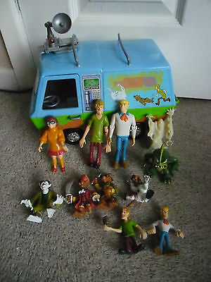 SCOOBY DOO MYSTERY MACHINE & Selection of Scooby Figures in Very Good Condition