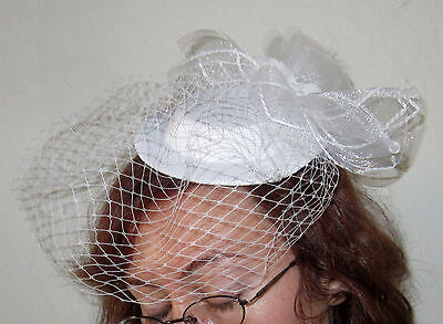 White Mini Fascinator Hat with Bow & Birdcage Veil – bridal prom formal NWT