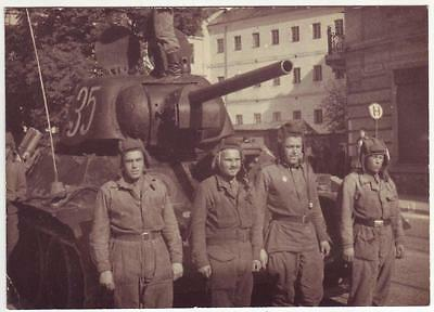 RUSSIAN WWII PRESS PHOTO: T-34 TANK AND ITS CREW IN POLAND or GERMANY