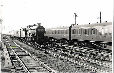 B&W photo GWR Castle No.4037 'Sth Wales Borderers' at Reading