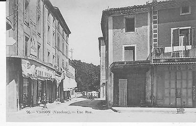 Cpa Vaison (84) Une Rue - Animee - Magasins