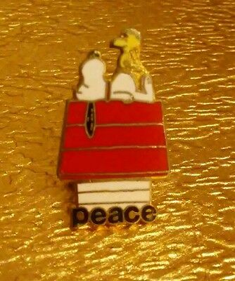 """Vintage SNOOPY & WOODSTOCK on """"PEACE"""" House Collectible Aviva Souvenir Lapel Pin"""