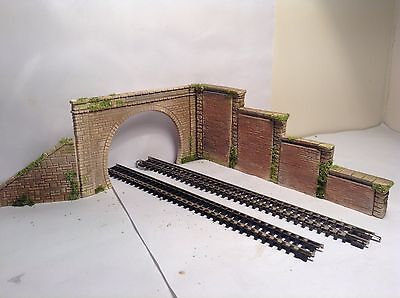 # N Gauge Twin Track  Brick Tunnel Entrance With Stepped Side Wall + Retaining
