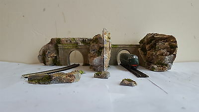 N Gauge 2X Single Track Tunnel  And 2X  Side Wall Set In Rock Face Scenery Set