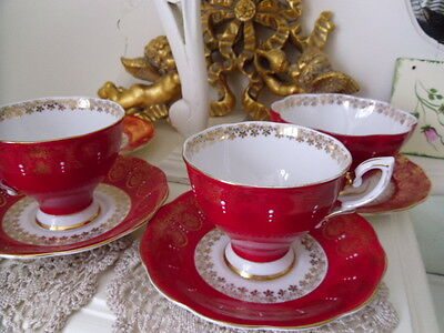 2 x red / gold cups and saucers, 2 x side plates and sugar bowl (royal standard)