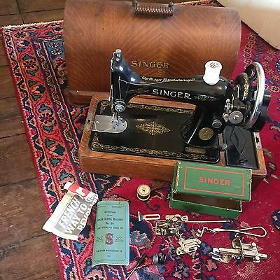 Beautiful Antique singer sewing machine with wooden box
