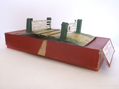 HORNBY O GAUGE single track level crossing and Dublo 2 road shed box 5005