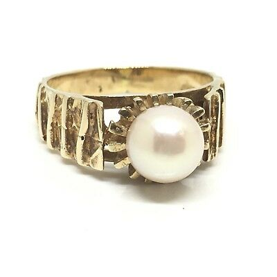 Beauitiful 1975 dated Cultured White Pearl set in 9ct Gold Fancy Settings Ring