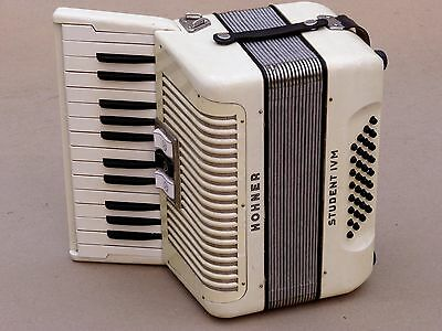 Very Nice Accordion Hohner STUDENT IV M 32 bass