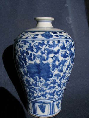 Chinese Antique porcelain 'Meiping' vase, in good original condition.