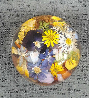 FLOWER PAPERWEIGHT, 1960s, VERY PRETTY, SUPERB CONDITION, LUCITE, WILD FLOWERS