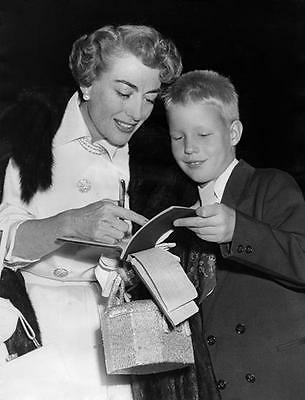 JOAN CRAWFORD SIGNS AN AUTOGRAPH   8X10 PHOTO e14