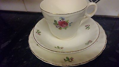 Grindley .  CREAM PETAL TRIO.  VINTAGE